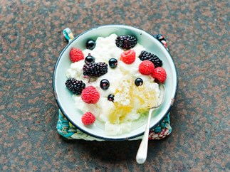 Yoghurt curd with honeycomb and berries
