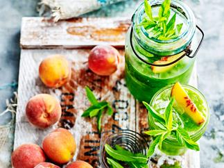 Green juice with peach, kiwifruit and lime
