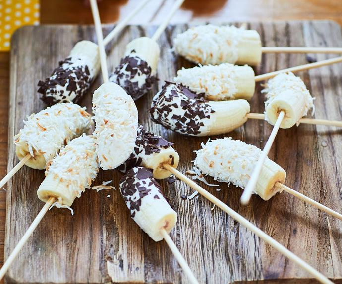 Frozen yoghurt-dipped bananas with coconut and chocolate