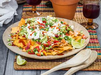Fancy chicken nachos with salsa (chilaquiles con pollo)