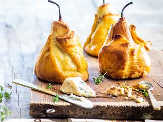 Baked pears in pastry with blue cheese, walnuts and thyme