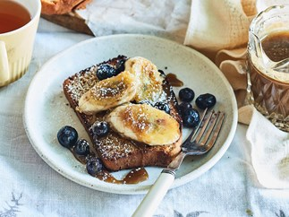 Toasted gingerbread with banana and blueberries and caramel sauce