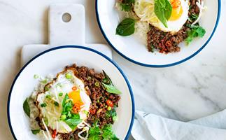 Stir-fried beef with red chilli and egg