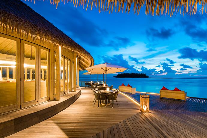Enjoy sundowners at the cocktail bar at Como Maalifushi.