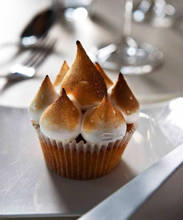 Vegan basil-almond meringue with aquafaba from the menu of Detour