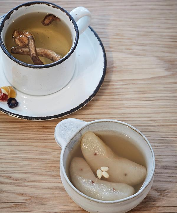 Doraji tea made with bellflower roots and ginger, and poached nashi.