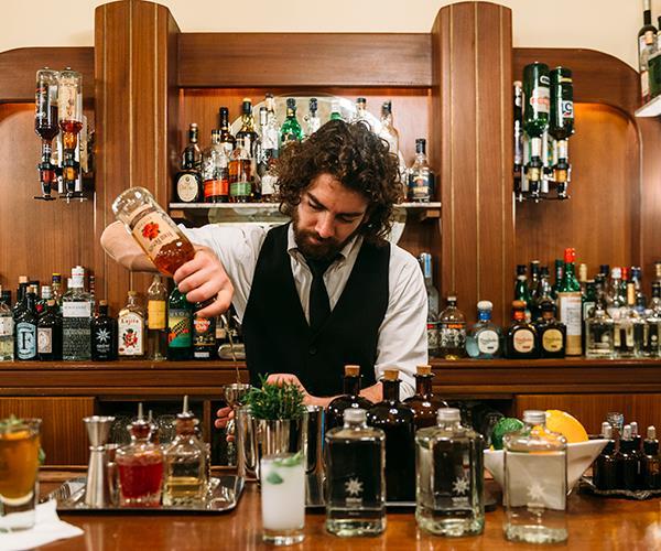 Anise bartender, Avo, mixing drinks