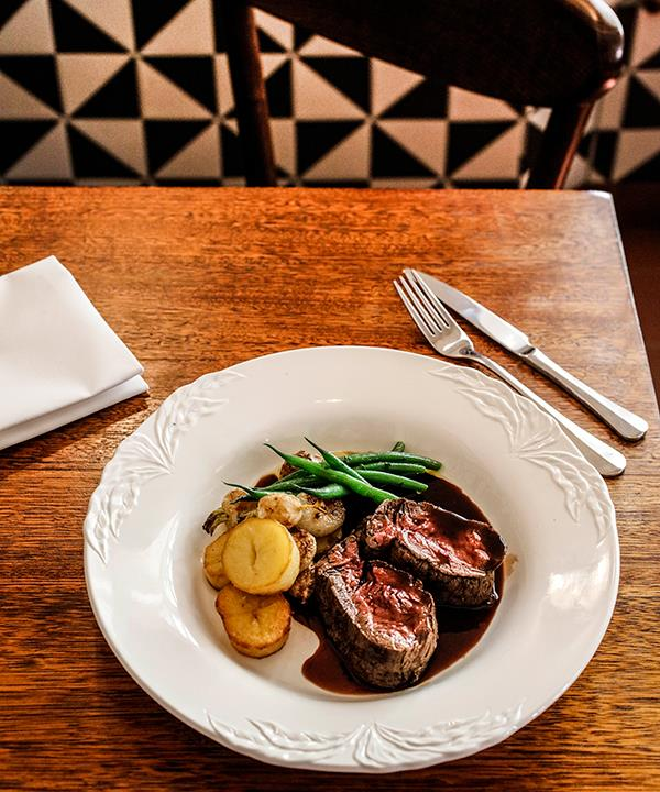 Fillet of beef with potatoes and red wine sauce.