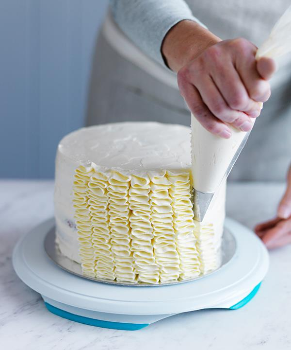 Tip 6: Pipe the frosting from the base of the cake.