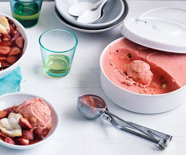 "**[Curtis Stone's no-churn strawberry and créme fraîche ice-cream with caramelised macadamia nuts](https://www.gourmettraveller.com.au/recipes/chefs-recipes/curtis-stones-no-churn-strawberry-and-creme-fraiche-ice-cream-with-caramelised-macadamia-nuts-8548|target=""_blank"")**"