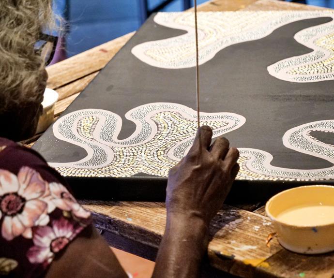 Umatji Tjitayi from Ernabella Arts dots her canvas.