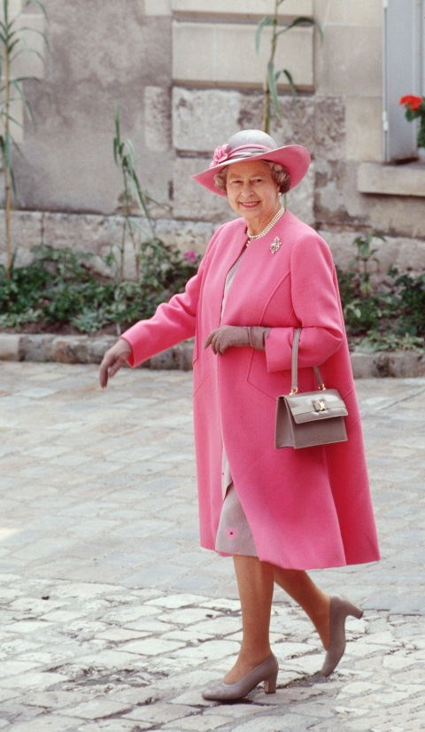 **IF THE QUEEN MOVES HER PURSE TO HER RIGHT ARM, HER STAFF MUST CUT OFF HER CONVERSATION.** <br><br> The Queen uses her purse to send subtle signals to her staff. If she moves the purse from her left arm to her right, it's her hint that she's ready to finish her conversation.