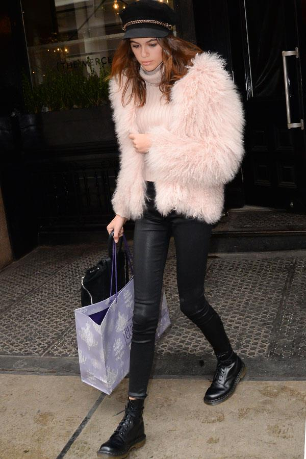 A look she is clearly fond of, repping the nostalgic accessory duo while running errands in New York earlier in the year, this time with a blush coloured wool jacket.