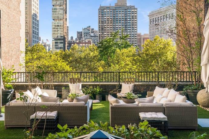 *Images courtesy of the Modlin Group* <br><br> The building is no stranger to celebrity residents—another noteworthy tenant is none other than former first daughter, Chelsea Clinton. <br><br> Lopez only purchased the penthouse in 2014, but is reportedly selling as she plans on purchasing an apartment with [boyfriend, Alex Rodriguez](http://www.harpersbazaar.com.au/fashion/jennifer-lopez-date-night-style-13491).  <br><br> For those in the market, the apartment can be yours for a cool [$31 million](http://www.modlingroup.com/detail.aspx?id=1156996).