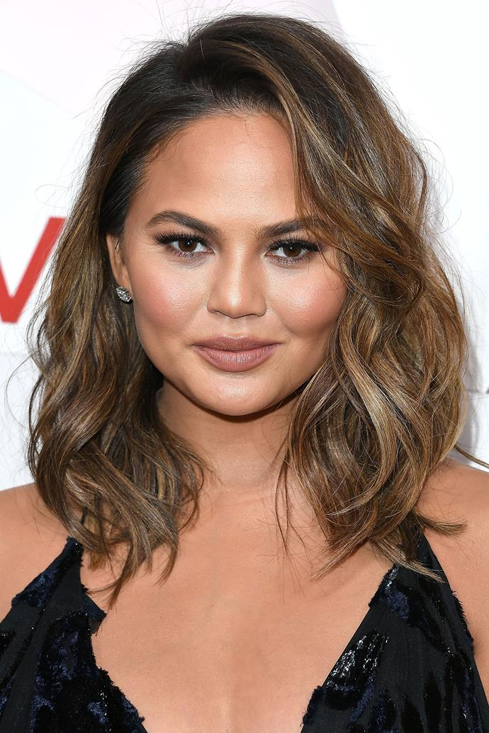 """**Chrissy Teigen** <br><br> If there was someone who was going to document her [extensive travel beauty routine on Instagram](https://www.instagram.com/p/5tn6PHJjdl/ target=""""_blank"""" rel=""""nofollow""""), it would definitely be Chrissy Teigen. On one occasion, Chrissy applied an SK-II Facial Treatment Sheet Mask to give her skin a good dose of deep hydration.  <br><br> [Another in-flight](https://www.instagram.com/p/5DhgWmJjaD/?hl=en target=""""_blank"""" rel=""""nofollow"""") favourite of the model's is Dr Dennis Gross Alpha Beta Extra Strength Daily Peel. These wipes not only work to keep your skin hydrated, radiant, and free of fine lines, but also come in travel-appropriate individual sachets."""