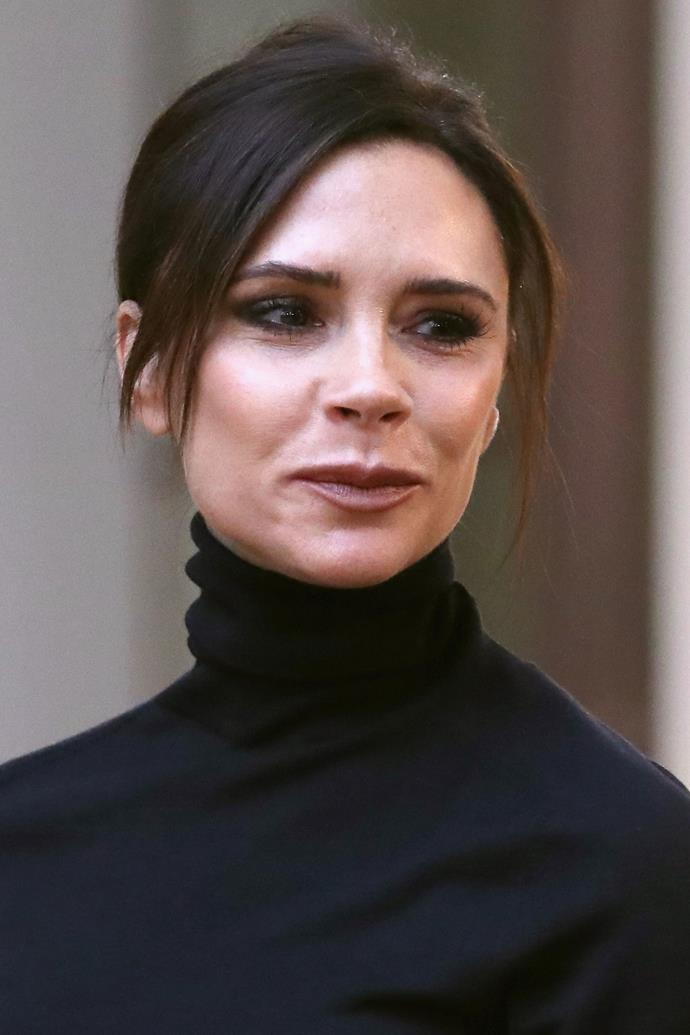 """**Victoria Beckham** <br><br> To keep her skin feeling smooth and plump inflight, Beckham lathers on her go-to serum. """"When I'm traveling, I make sure to take off my makeup, cleanse my face, and then cover myself in the Sarah Chapman Stem Cell Collagen Activator Duo,"""" Beckham told [*Into The Gloss*](https://intothegloss.com/2017/10/victoria-beckham-beauty-routine/ target=""""_blank"""" rel=""""nofollow""""). """"Once you're ready to use it, you break the seal and shake it to activate. I make sure to put it on my neck and around my eyes as well… The airplane air is so horrific, but this makes my skin feel so nice."""""""