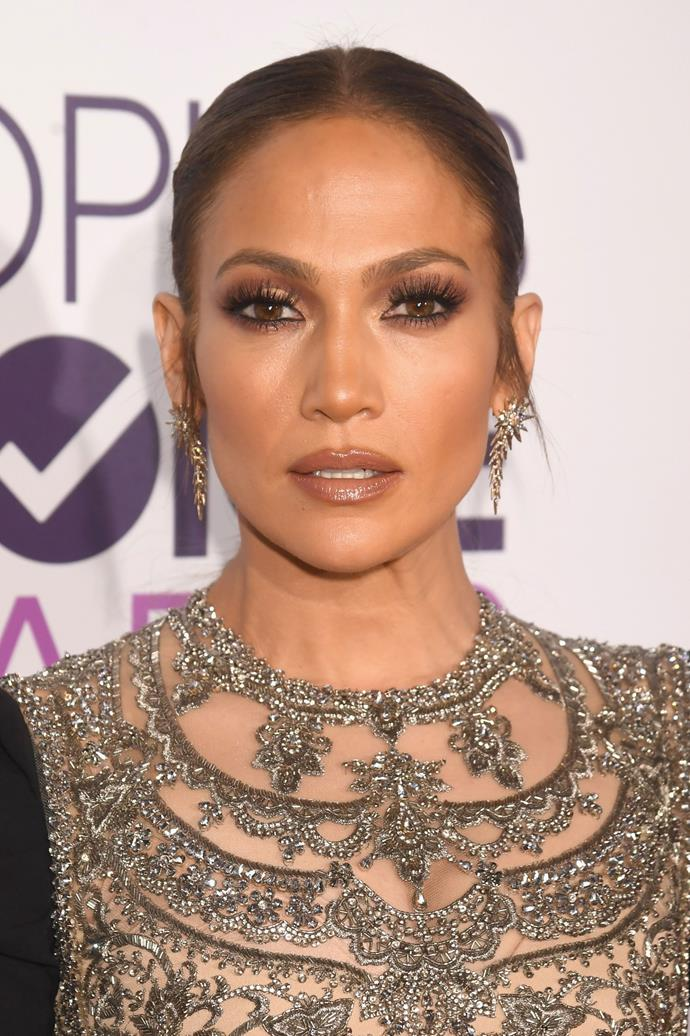 Slicked hair and dramatic eyelashes stole the show at the People's Choice Awards in 2017.