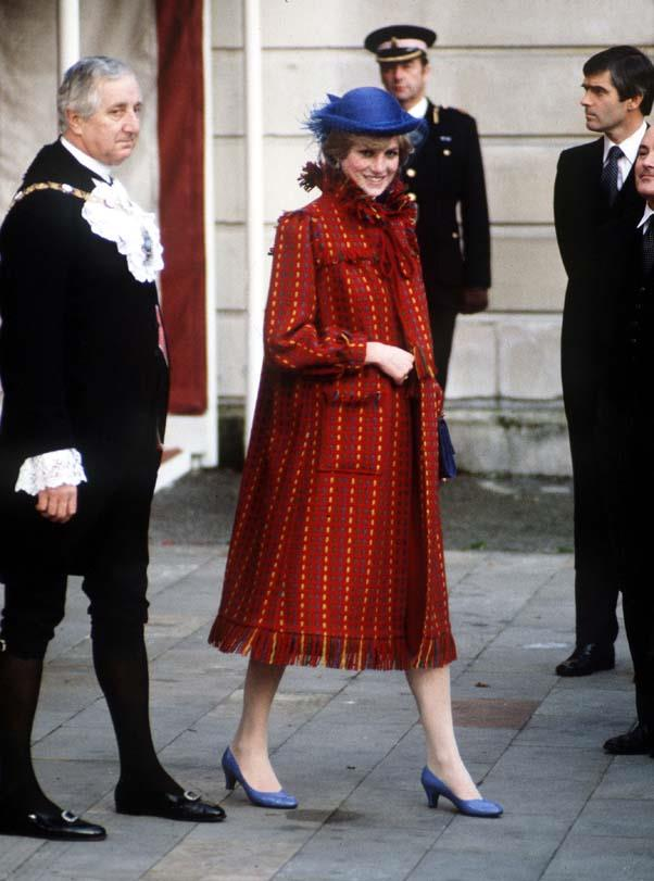 Announcing her first pregnancy in London, 1981.