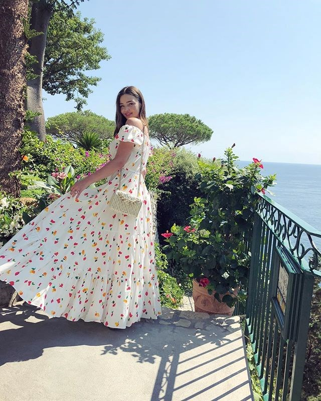 "***10. Miranda Kerr ([@mirandakerr](https://www.instagram.com/p/BnUrACogEov/?taken-by=mirandakerr|target=""_blank""))*** <br><br> Followers: 11.7 million <br> Income per post: **$50,000**"