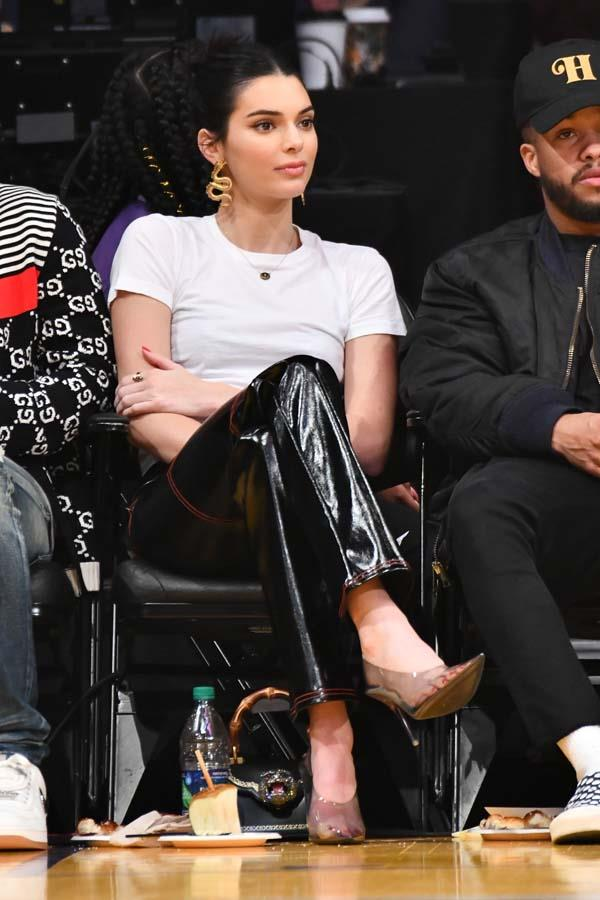 In black leather pants, gold snake earrings and PVC pumps to watch the Los Angeles Lakers and the Philadelphia 76ers play on January 29th, 2019.