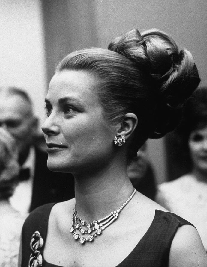 Princess Grace wearing the necklace in 1960.