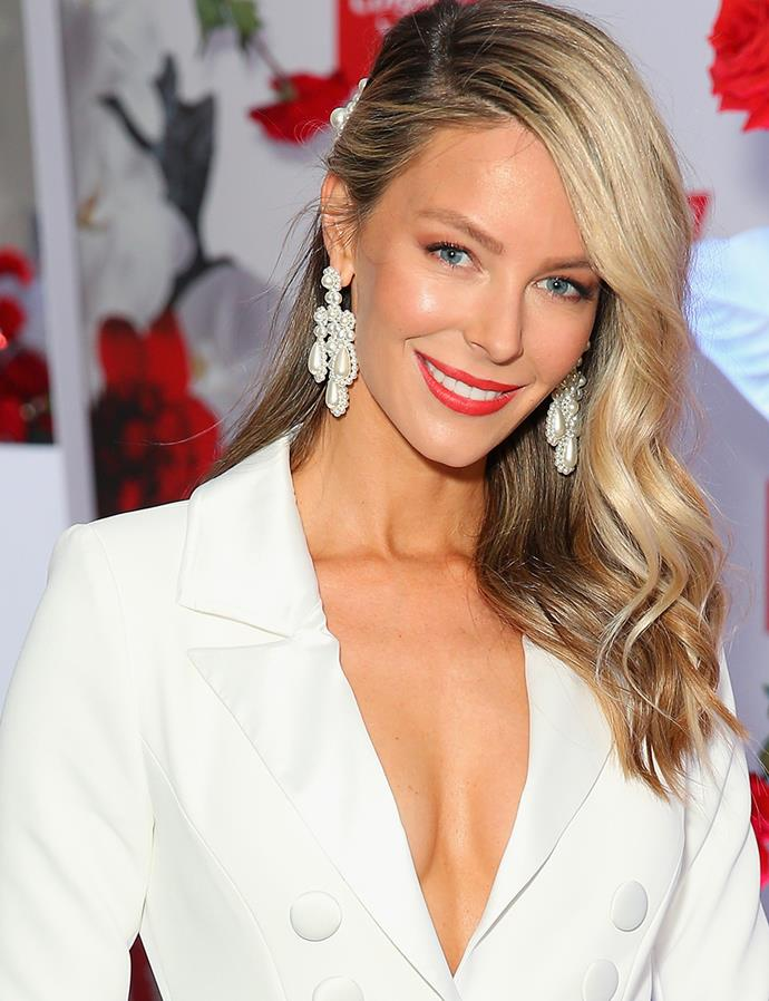 """**Jennifer Hawkins at Colgate Optic White Stakes Day, 2018** <br><br> A beautiful bright smile is a race-day essential—just ask Jennifer Hawkins. The mum-to-be uses the new [Colgate Optic White™ Stain-Less White™ toothpaste](https://www.colgate.com.au/products/toothpaste/colgate-optic-white-stain-less