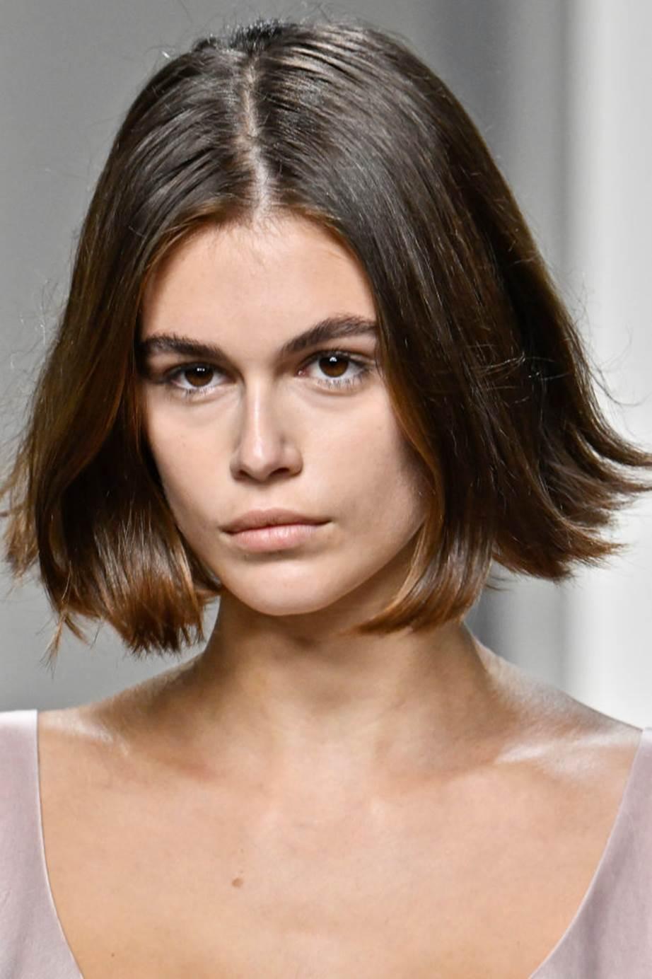 Model rambut pendek terbaru ala Kaia Gerber