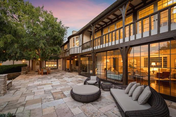 "The patio<br><br>  *Image by Tyler Hogan via [Mansion Global](https://www.mansionglobal.com/articles/former-beverly-hills-home-of-jennifer-aniston-and-brad-pitt-asks-49-million-203446|target=""_blank""