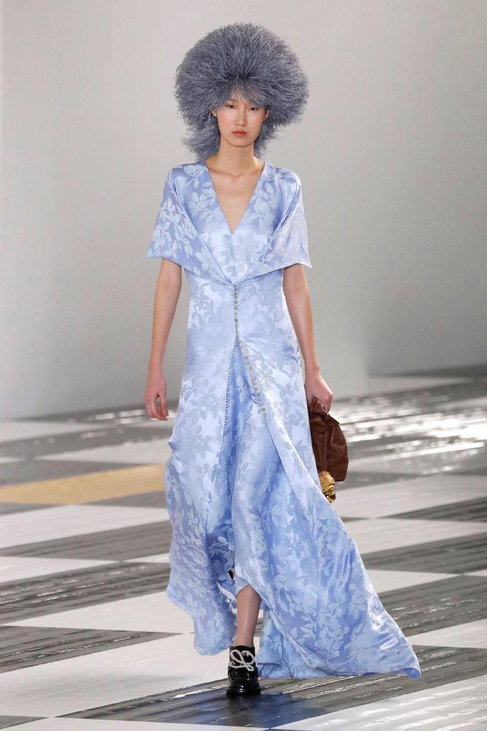 "**Loewe** <br><br> Though the accessories at Loewe get us excited every season, creative director Jonathan Anderson presented fans with a wave of wearable gowns at autumn/winter '20, as well as bold patterns, materials and colour hues—some of which bore aesthetic similarities to his [JW Anderson](https://www.elle.com.au/fashion/jw-anderson-autumn-2020-accessories-23056|target=""_blank"") collection from two weeks prior."