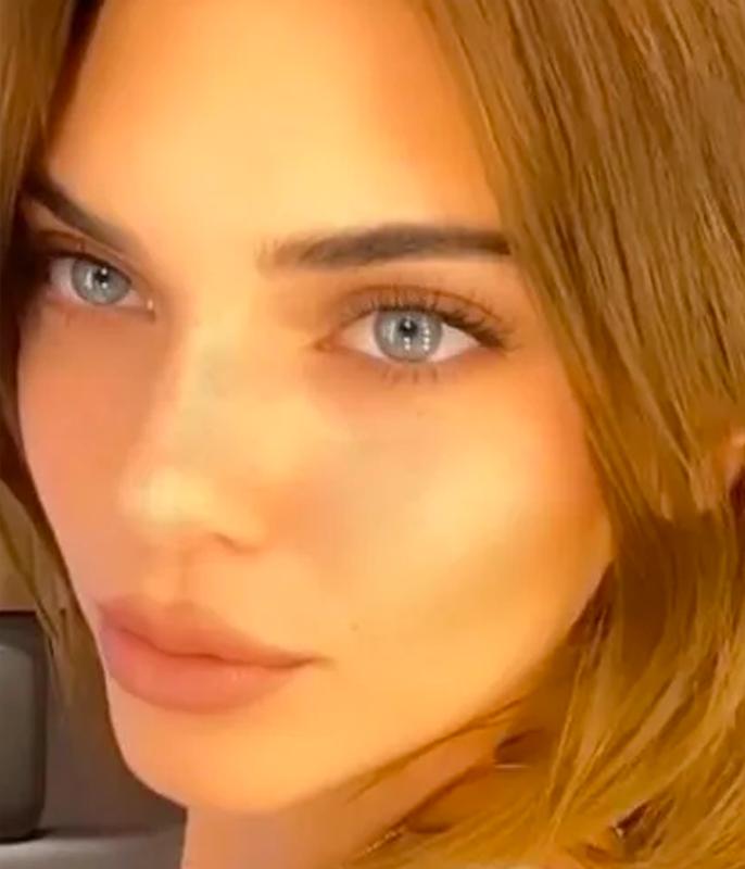 "**Kendall Jenner**<br></br> Jenner swapped her signature dark chocolate colour out in favour of [a lighter honey-hazelnut hue](https://www.harpersbazaar.com.au/beauty/kendall-jenner-honey-blonde-20285|target=""_blank""|rel=""nofollow"").<br></br> *Image via: Instagram/@kendalljenner*"