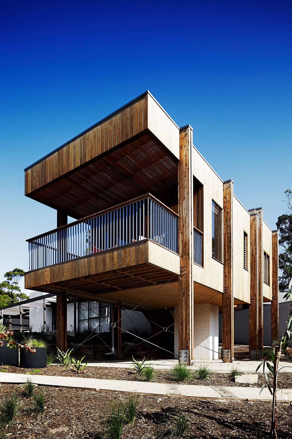 "This [1970s brick beach house](https://www.homestolove.com.au/gallery-jude-and-tonys-pavilion-style-timber-extension-1560|target=""_blank"") was expanded with a western-red cedar timber extension. Over time, the colour of the timber will fade, effectively blending the structure into the surrounding bush. *Photo: Sharyn Cairns*"