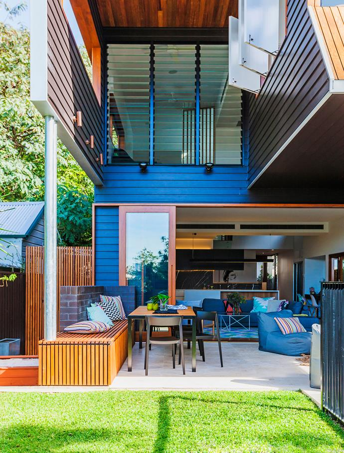 """A smooth connection between indoors and out contributes to this home's easy ambience. """"For Hugh and Kim, it was all about the family and the flow to the outside,"""" says Shaun.   PrimeLine Newport **weatherboard**, [James Hardie](http://www.jameshardie.com.au/