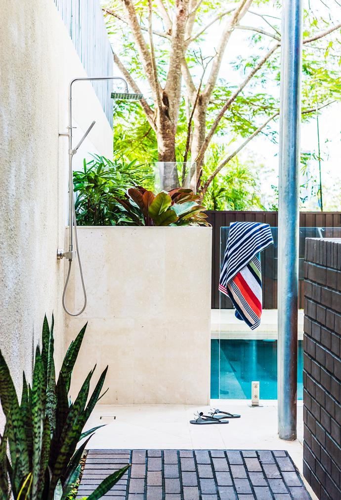 """Architect Shaun Lockyer created a transitional covered courtyard for living and dining, with a swimming pool, outdoor shower and a party-ready barbecue area. The net effect is """"a chilled holiday vibe"""", he says. The plant in the foreground is a variegated mother-in-law's tongue (*Sansevieria trifasciata*).   Missoni Home **towels** from [Olive Home](http://www.olivehome.com.au/