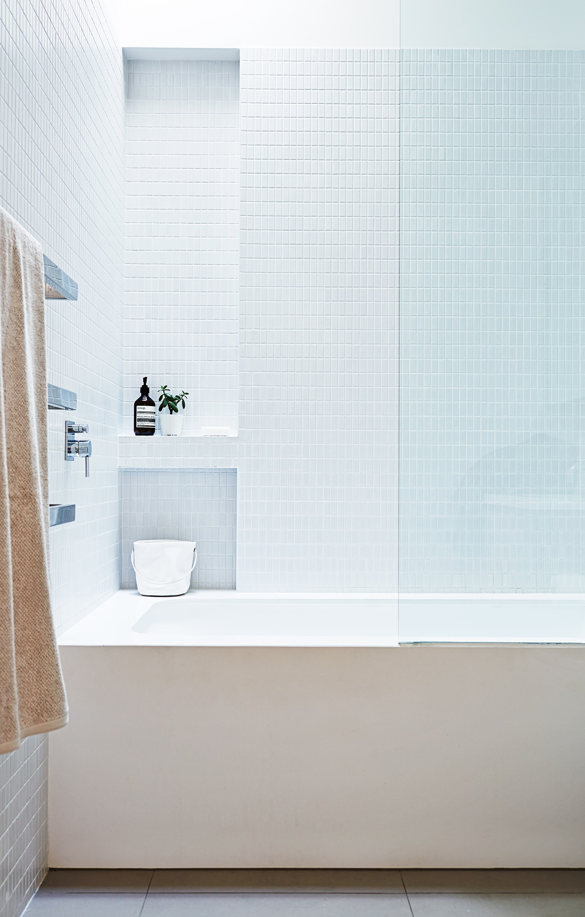 "Keep your [white bathroom](https://www.homestolove.com.au/winning-white-bathrooms-2882|target=""_blank"") sparkling bright without using nasty chemicals. *Photo:* Alicia Taylor"