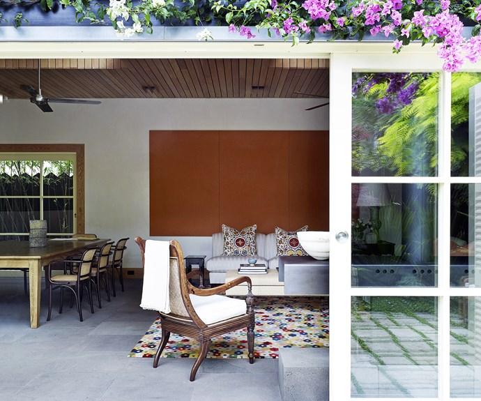 Indoor/outdoor courtyard living room