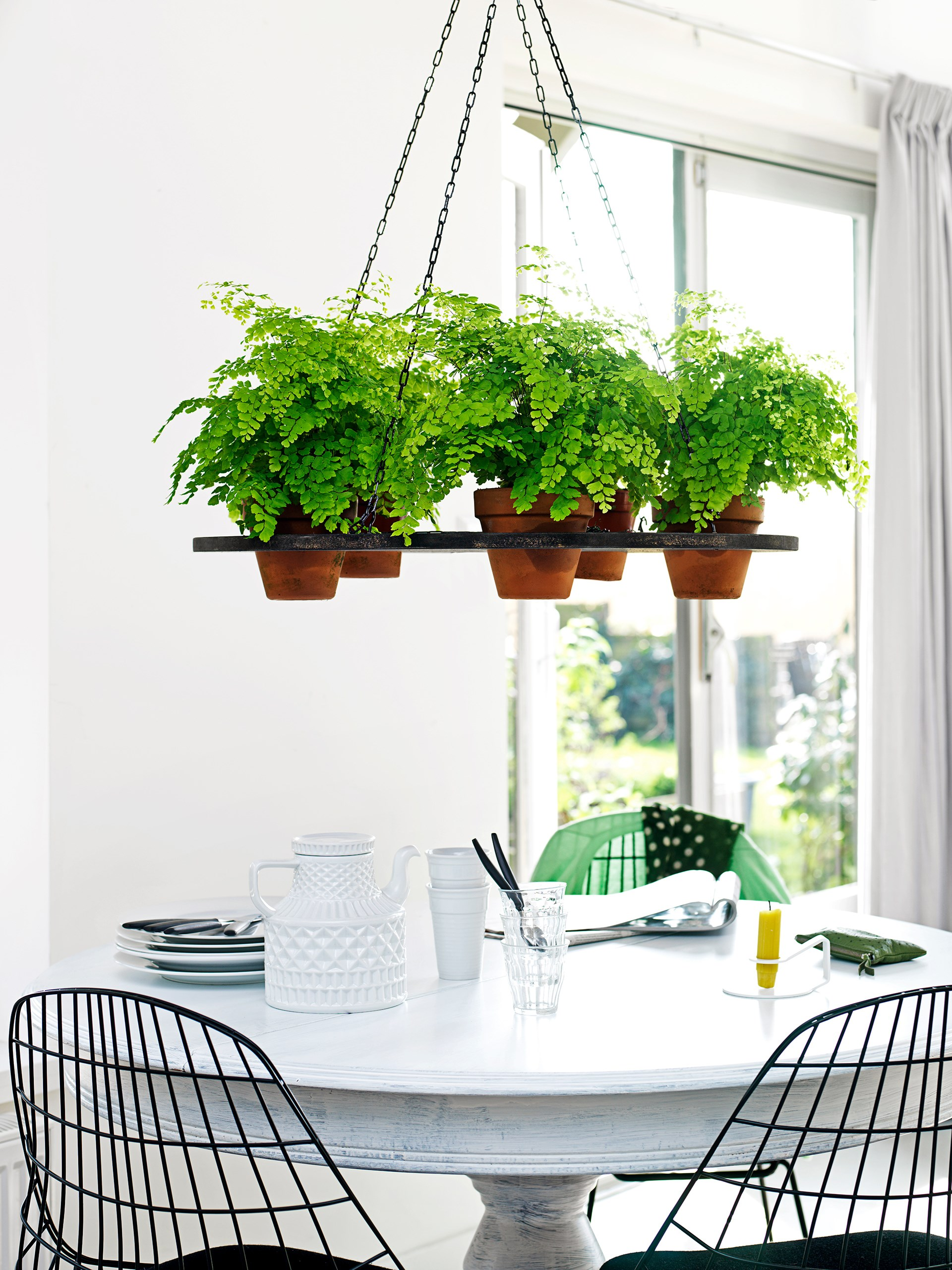 Bring your meeting table to life with some hanging greenery! Photo: Louis Lemaire / insidehomepage.com