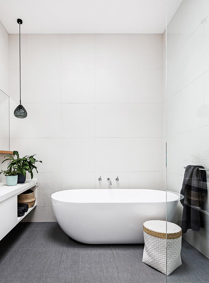 "The spacious bathroom has a large bath from [Bathroom Warehouse](https://bathroomwarehouse.com.au/|target=""_blank""). Linen-look floor tiles give a luxe finish."