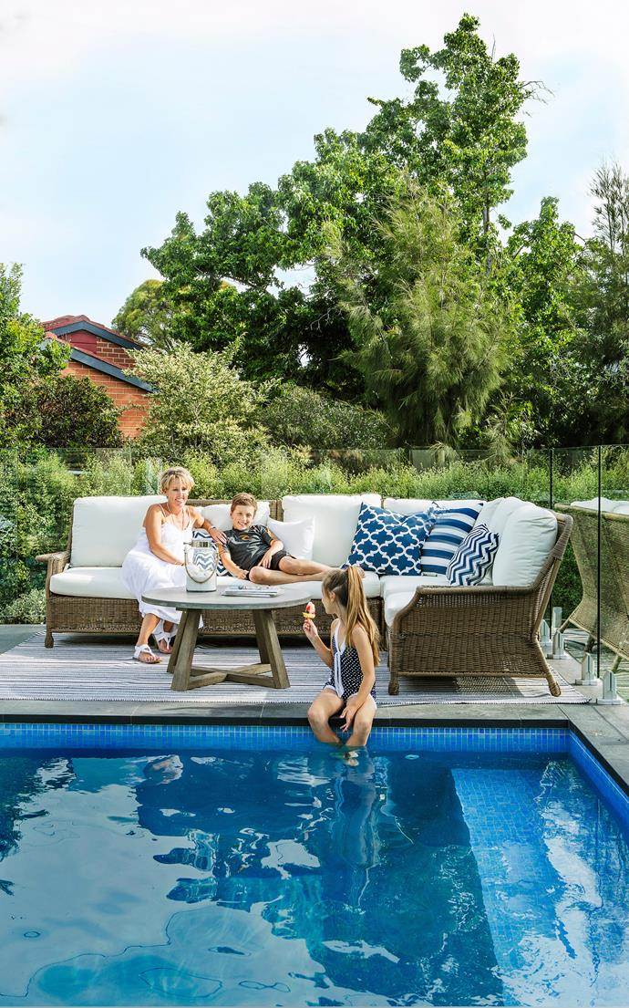 "The family loves chilling out by the pool, the piece de résistance of Hamptons living.   **Cushions** from [Great Outdoor Cushions](http://www.greatoutdoorcushions.com.au/|target=""_blank""). Outdoor **rug** from [Temple & Webster](https://www.templeandwebster.com.au/