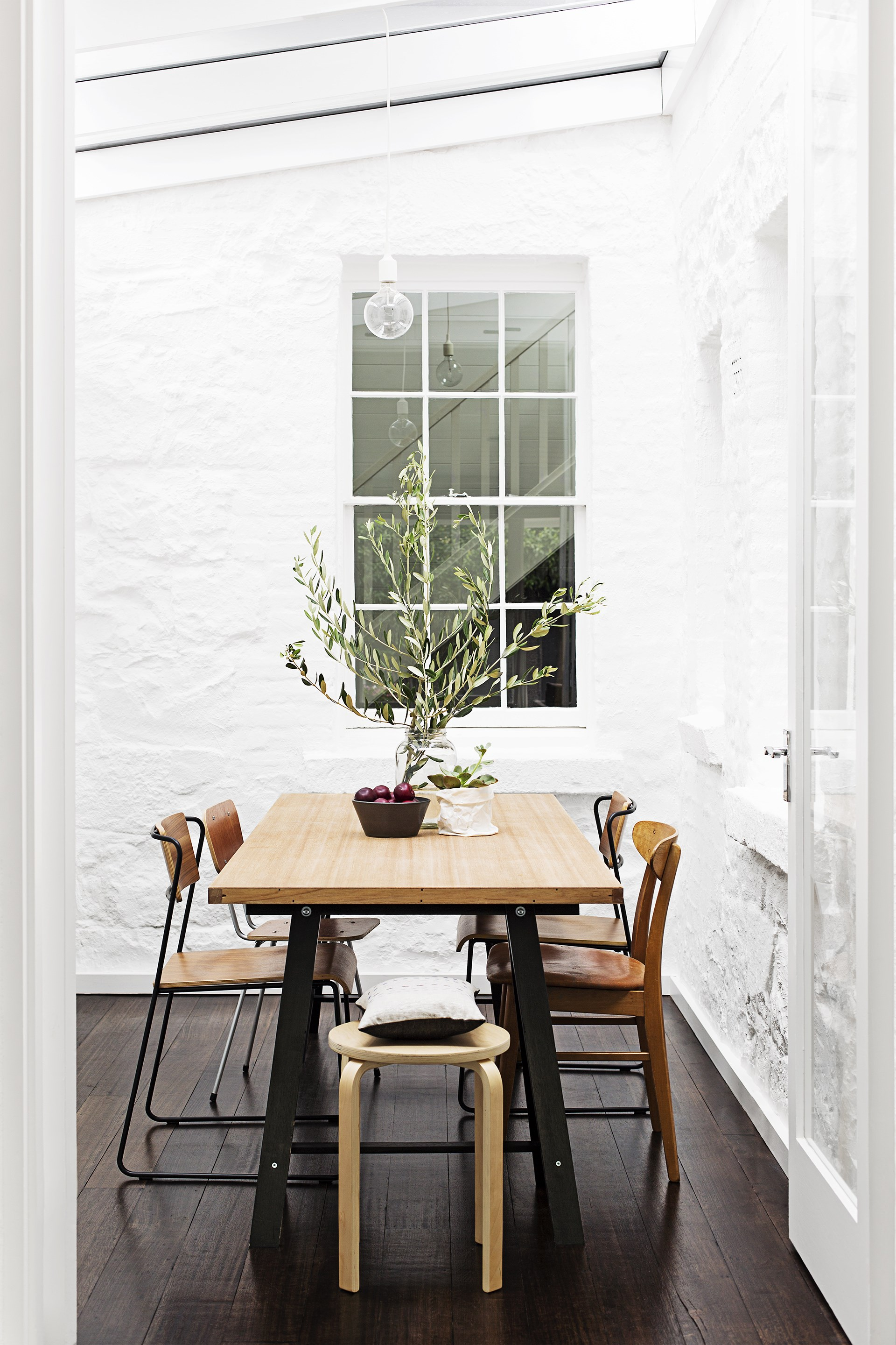 """When the long winters end, and spring arrives, homes are turned over. The base pieces – like timber tables and leather ottomans – are kept, while cushions and rugs are swapped over for lighter materials and entertaining moves outdoors.   See more of this [light-filled Melbourne terrace](http://www.homestolove.com.au/georgias-light-filled-melbourne-terrace-2245