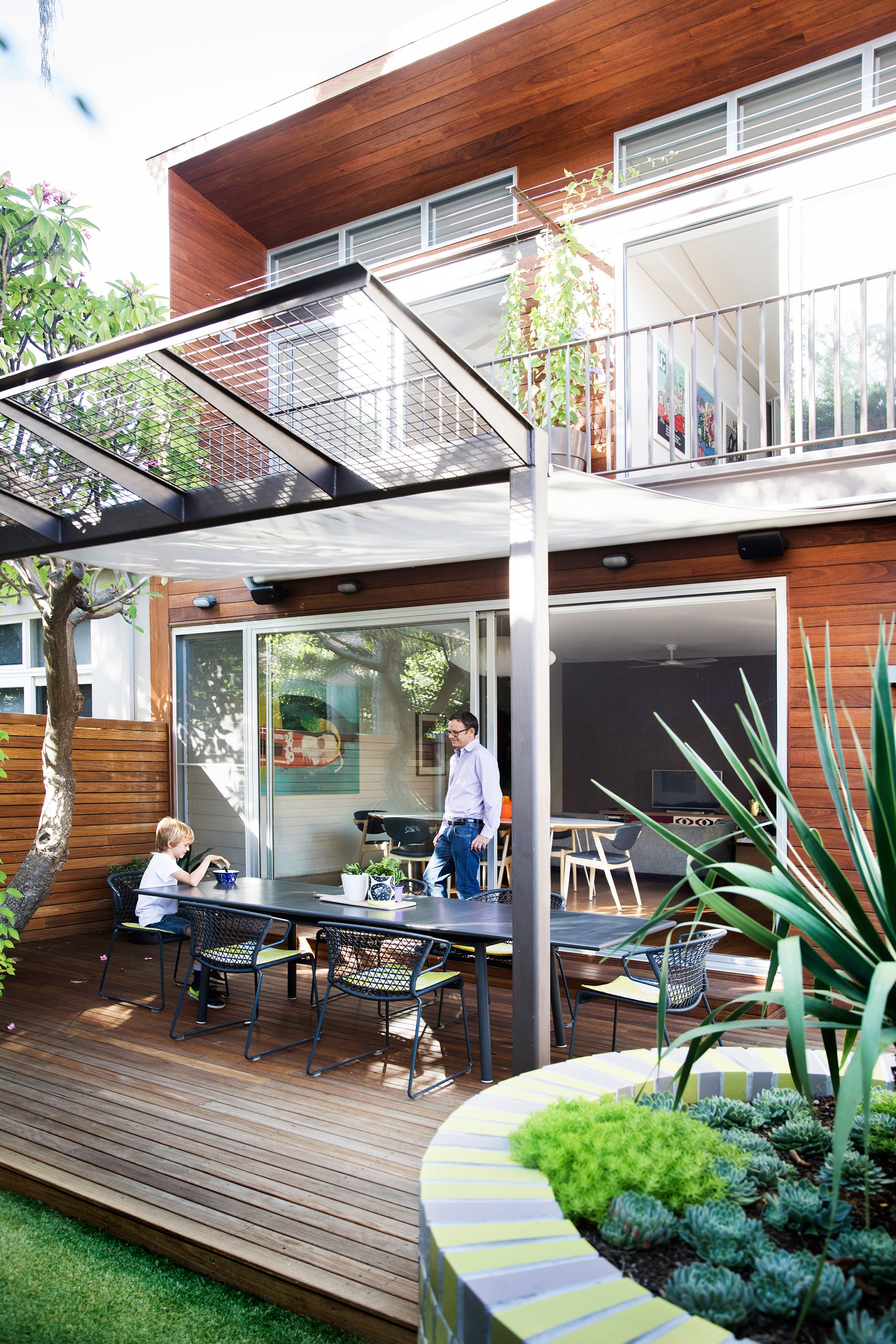 "A contemporary extension to a [1930s semi in Bondi]((http://www.homestolove.com.au/gallery-julie-and-hamishs-renovated-sydney-semi-2290|target=""_blank"") saw the creation of this north-facing deck, which is shaded by a mature frangipani tree and has a wonderful sense of calm. *Photo:* Chris Warnes."