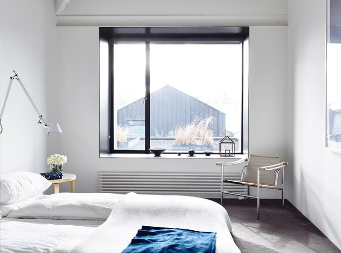 "The roof garden creates a serene view for the couple to wake up to.   **Bedlinen** from [Ralph Lauren](http://www.ralphlauren.com.au?utm_campaign=supplier/|target=""_blank""). Tolomeo **wall lamp** from [Artemide](http://www.artemide.com.au?utm_campaign=supplier/
