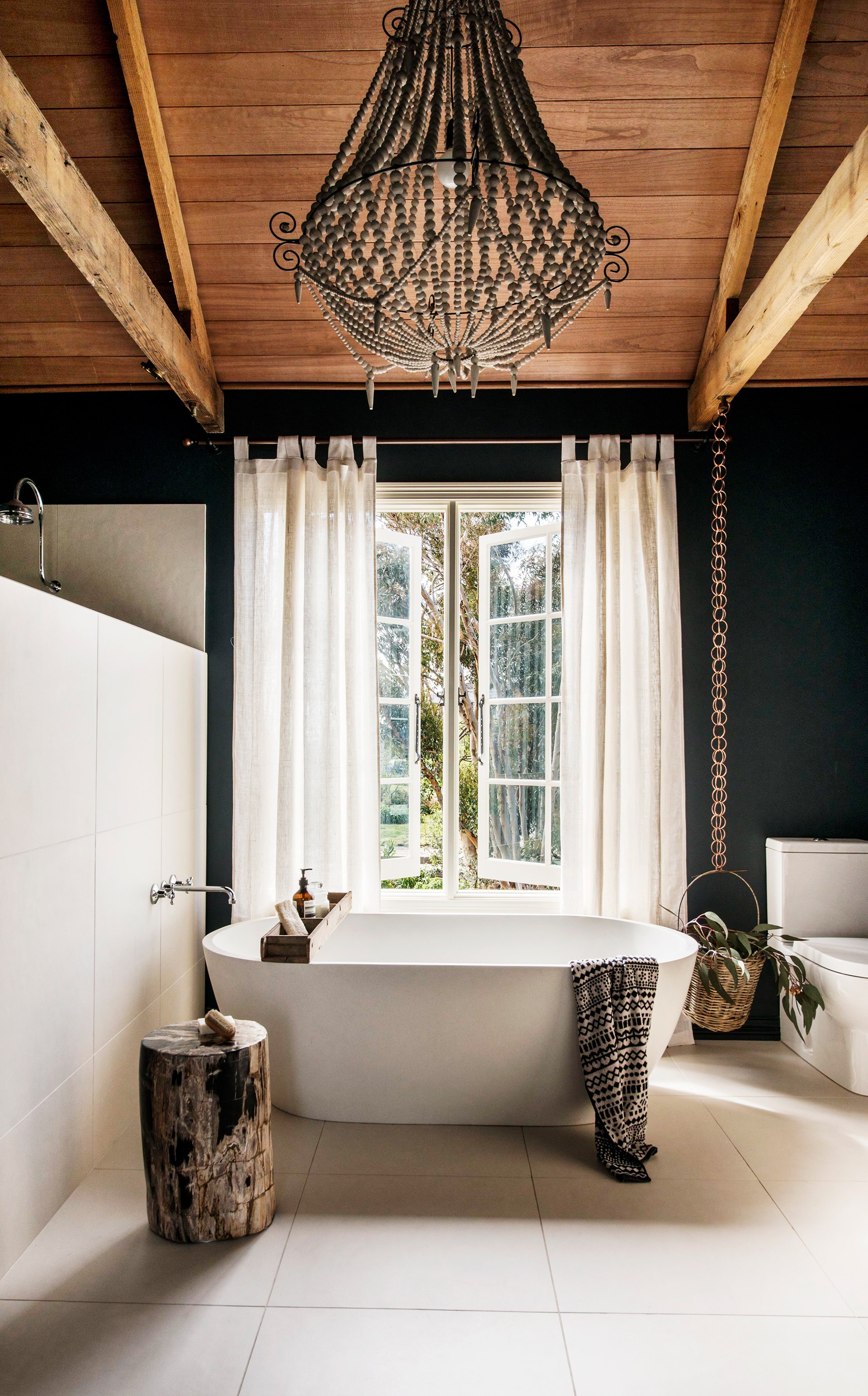 "Soak up our [gallery of beautiful bathtubs here](http://www.homestolove.com.au/soak-up-these-beautiful-bathtubs-3029|target=""_blank""). Photo: Nikole Ramsay / *Australian House & Garden*"