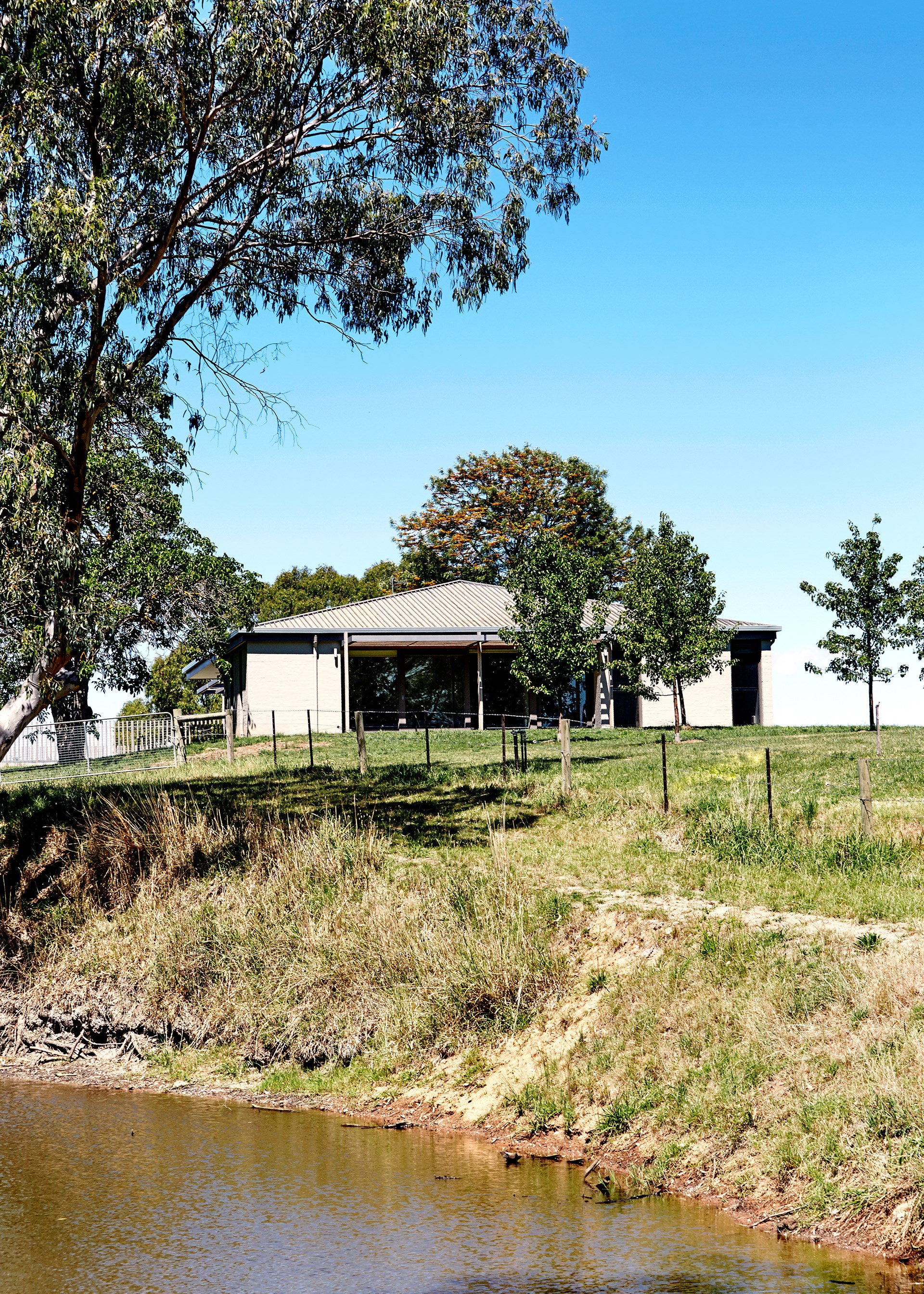 The homes sits unobtrusively in rural surrounds near Bendigo.