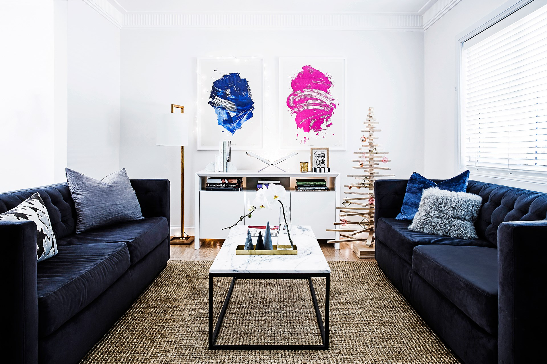 """Maximalist and minimalist styles combine during Christmas-time in this [interior decorator's creative contemporary home](http://www.homestolove.com.au/claudias-modern-eclectic-rental-apartment-2648