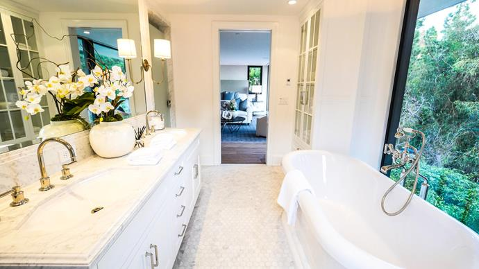 """[Emily Blunt and John Krasinski's Hollywood home](http://www.homestolove.com.au/emily-blunt-and-john-krasinskis-hollywood-home-worth-8-million-2805/ target=""""_blank"""") boasts an elegant marble clad bathroom with lush green views from the free-standing tub. Photo via: Michael Izquierdo / [Los Angeles Times](http://www.latimes.com/business/realestate/hot-property/la-fi-hotprop-john-krasinski-emily-blunt-20160107-story.html/?utm_campaign=supplier/ target=""""_blank"""")."""