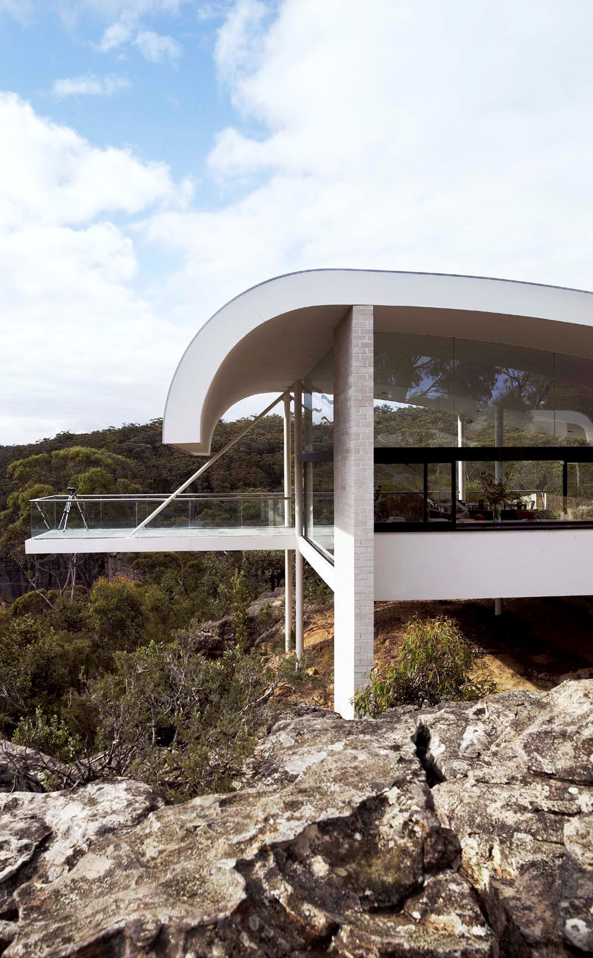 "Harry Seidler, one of the biggest names of the local Modernist movement, designed this now [heritage-listed Mid-century home](https://www.homestolove.com.au/harry-seidlers-award-winning-modern-marvel-2905|target=""_blank"")."