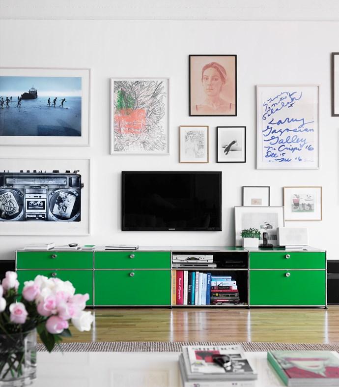 "Create an art wall featuring pieces that are a similar scale to your TV. *Photo: Ragnar Ã""marsso via [Skona Hem](http://skonahem.com/inspirerande-hem/brooklynhem-med-mix-fran-sverige-london-och-new-york/|target=""_blank"").*"