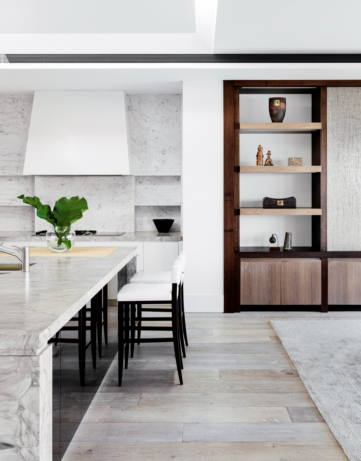 """'White Fantasy' marble blends perfectly into the refined colour palette used in this [Point Piper home](https://www.homestolove.com.au/harbourside-heaven-point-piper-home-with-stunning-water-views-3102 target=""""_blank"""")  *Photo: Felix Forest / Story: Belle*"""