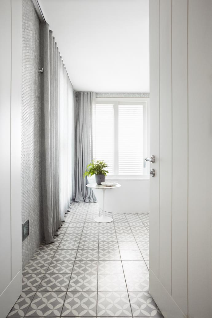 """In the ensuite a Kaldewei Classic Duo freestanding bath from [Candana](http://www.candana.com.au/ target=""""_blank"""") is in perfect sync with the elegant and subdued mood of the house."""