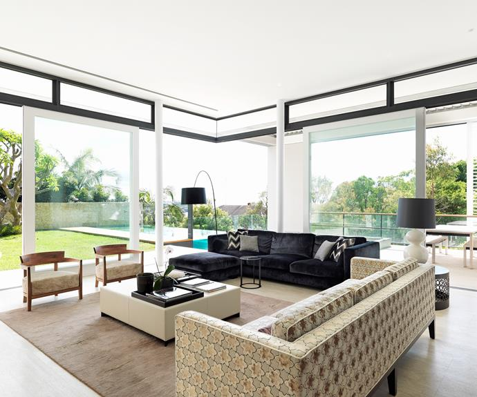 The living room is bathed in light thanks to the cantilevered ceiling which allows doors to open totally on two sides.